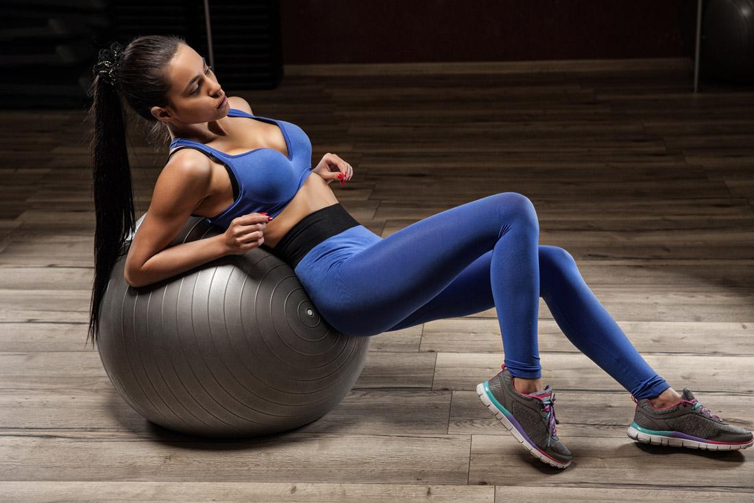 健身器材厂家:4个瑜伽球动作在家练马甲线,超适合女生!