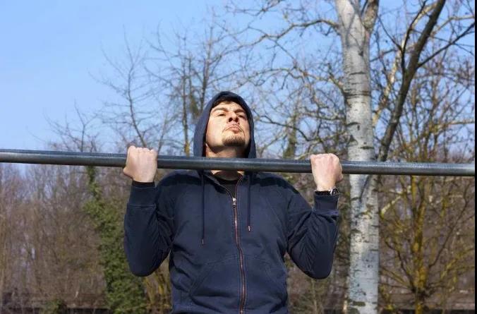 训练器材:想要宽阔的背肌吗?试试这2个动作